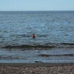 Ein fast schon zu erfrischendes Bad im Meer. Rein als Mann, raus als Junge. Brrrr...