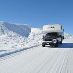 Zum ersten Mal fuhren wir mit unserem Truck-Camper auf so kompaktem Schnee.