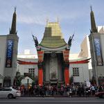 Das Chinese Theatre mit zahlreichen Hand- und Fussabdrücken von Filmstars im Eingangsbereich.