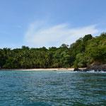 """Zu diesem tollen Strand wollen wir, die """"Landung"""" mit dem Boot war nicht ganz einfach. Ab und zu trafen grosse Wellen auf den Strand."""