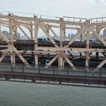 Doppelstöckige und mehrspurige Brücke.