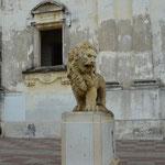 Klar wird die Kathedrale in León von Löwen bewacht.