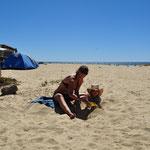 Spielen mit Viola am Strand. PS: Viola ist NICHT unser Kind ;-)