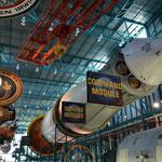 Die Trägerrakete Saturn V füllt problemlos eine ganze Halle.