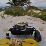 Ein echtes Schweizer Käse-Fondue direkt am Strand, daran könnten wir uns gewöhnen.