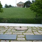 Die Kennedy-Gräber. Die Gebrüder John F. Kennedy und Robert Kennedy fielen beide Attentaten zum Opfer.
