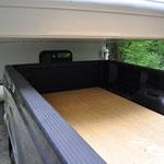 Holzplatten zwischen Truck und Camper