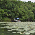 Händler belagern ein Touri-Boot. Zum Glück waren wir mit dem Colectivo unterwegs und blieben verschont.