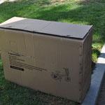 In zwei dieser Kisten waren unsere Klapp-Fahrräder. Irgendwo in unserem Reisegefährt werden diese schon noch Platz finden.
