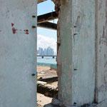 Durch alte Häusermauern der Altstadt bietet sich ein toller Blick auf Downtown Panama City.