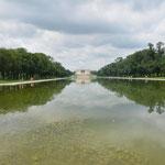 Blick über einen Teich auf das Lincoln Memorial.