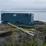 Mit solchen Holzschlitten wird Brennholz transportiert.