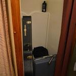 Die Dusche wurde kurzerhand zum Lagerraum für die Instrumenten-Koffer umfunktioniert.