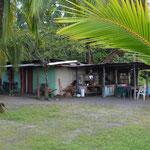 So wohnt die Besitzer-Familie des Campingplatzes, alles ganz einfach und eine Freiluft-Küche.