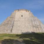 Die imposanten Bauwerke bei Tag. Hier die Pyramide des Zauberers.
