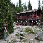"""Von Schweizer Bergführern seinerzeit erbaute Hütte - wird auch noch heute als """"Teahouse"""" genutzt."""