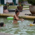 Angi versucht einem Mädchen das Schwimmen beizubringen. Fast ein hoffnungsloser Fall - Kinder in Mexiko lernen selten richtig schwimmen.