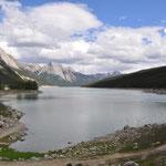 """Medicine Lake - sein Wasser versickert in Höhlen und taucht erst nach Kilometern wieder an der Oberfläche auf. Dieses Phänomen konnten sich die Indianer nicht erklären und dachten, es müsse der """"Medizinmann"""" dahinterstecken."""