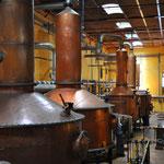 In den Tanks findet die Destillation statt. Sie dauert vier bis acht Stunden und wird zweimal durchgeführt.