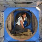 """Angi """"erkrabbelte"""" ein Modell einer Raumstation."""