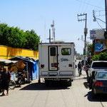 """Mexiko's Strassen sind ein Erlebnis für sich. Enge Gassen, Schlaglöcher und so genannte """"topes"""" - auch mal sehr überraschend auftauchende """"Hügel"""" zur Temporeduktion."""