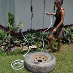 Angi assistiert so gut es geht und nimmt sich dem völlig verdreckten und sandigen Reserverad an.