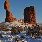 """Links im Bild ist der """"Balanced Rock""""."""