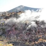 Es tritt immer noch Dampf aus dem Innern des Vulkans aus.