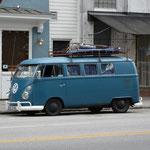 Dieser VW-Bus stach uns sofort ins Auge. Klar musste Claudio ein Foto davon haben. Wir vermissen unsere eingelagerten Büsslis...