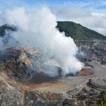 Erster Blick in den Krater und den braunen See.