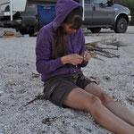 Wir bastelten fleissig Muschelkettchen als Deko für unseren Camper.
