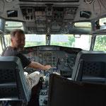 """Claudio testet schon einmal, wie es sich als Pilot der """"fliegenden Bar"""" anfühlt."""