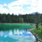 Aufgrund ihrer unterschiedlichen Tiefe hat jeder See ein anderer blau-grün-Farbton.