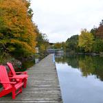 Auch hier treffen wir auf zwei rote Stühle von den Nationalparks Kanadas.