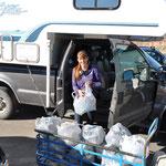 Angi sucht alle Fläschli im Truck zusammen...
