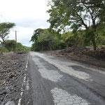 Die Strasse ist mittlerweile wieder geräumt, doch in der Umgebung gibt es noch viel zu tun.