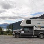 Truck-Camper mit Friedenstaube am Muncho Lake.