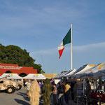 Das Mexikanische Militär zeigt sich der Öffentlichkeit. Man beachte die zwei Tarnanzüge ;-)