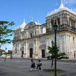 """Die um 1860 nach über 100-jähriger Bauzeit fertiggestellte Kathedrale """"Basilica de la Asunción"""" gilt als die grösste und älteste Mittelamerikas."""