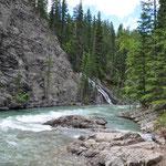 Doch bald öffnet sich die Schlucht und der Fluss wird breiter und ruhiger.