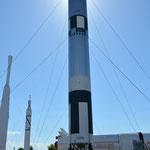 Draussen im Raketengarten erwarten uns riesengrosse Raketen.