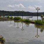 Land unter... Der See flutete Teile der Uferstrasse.