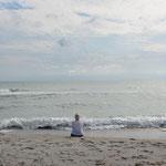 Pia hat genug vom Durchsuchen des Sandes, sie geniesst die Weite und das Meer.
