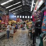 Der Markt in der Altstadt. Von Fisch über Fleisch, Souvenirs, Früchten und Gemüse - hier wird wirklich alles angeboten.