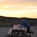 Barbecue bei Sonnenuntergang - Angi macht den Tisch parat.