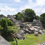 """Vom """"Tempel der Masken"""" aus hat man einen tollen Ausblick auf den """"Grossen Jaguar"""" und die Akropolis."""