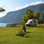Für Aufruhr sorgte dieser Helikopter... ziemlich tief flog er über das Reisemobil von Heidi und Werner um dahinter zu landen.