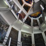 Im Innern der Statue wurden wir von den zahlreichen Wandbildern überrascht.