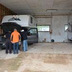 Wir lagern den Truck-Camper ein.