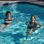 Mutter und Tocher verstehen sich auch im Pool bestens.